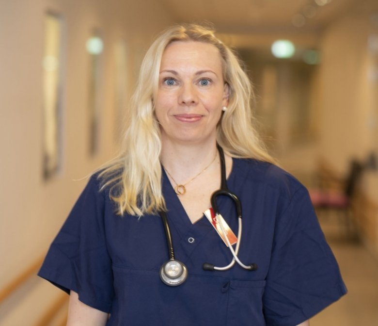 Porträtt av forskaren Linda Björkhem-Bergman i sjukhusmiljö.