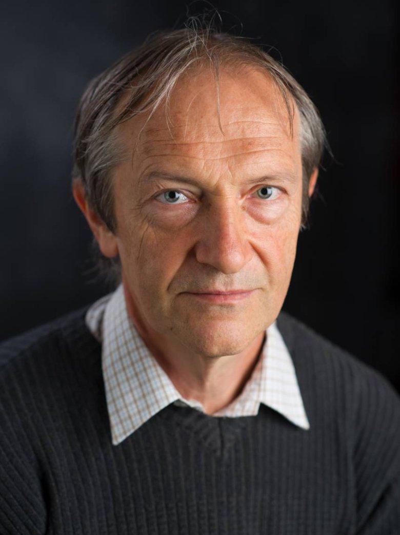 Porträtt av professor Jiri Bartek i grå tröja.