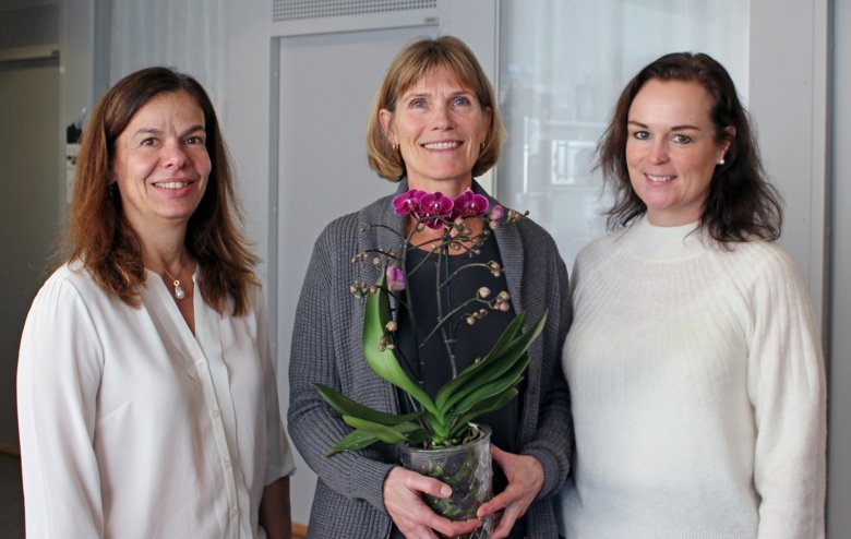 Birgitta Nordgren is honored with flower by the Division of Physiotherapy for her award Gyllene Äpplet from Region Stockholm.