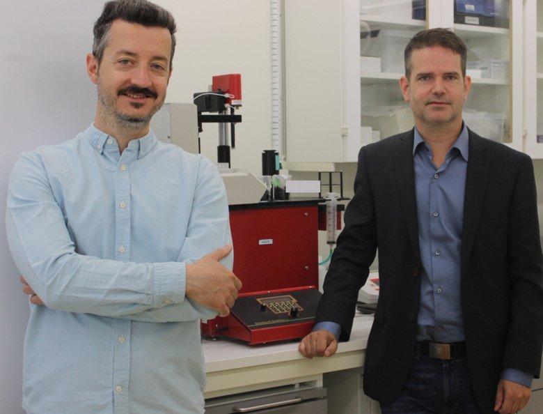 Dimitris Kanellis (vänster) och Mikael Lindstrand vid en apparat som fraktionerar ribosomer