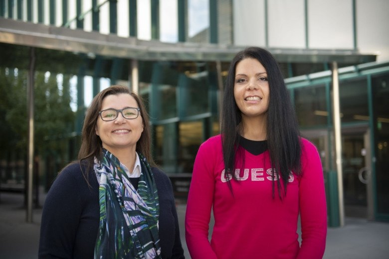 Två forskare med stora leenden, Ana Teixeira och Elena Ambrosetti.