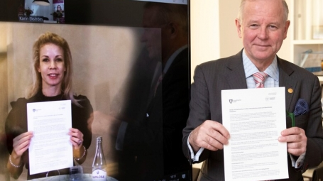 Anna König Jerlmyr, Mayor of Stockholm and Ole Petter Ottersen, President of KI have signed an agreement of collaboration between the Stockholm Municipality and the university.