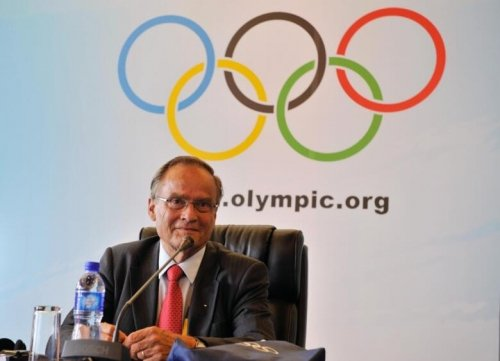 Arne Ljungqvist in front of the olympic symbol.