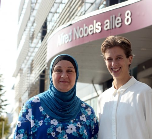 Picture showing Student and doctoral student ombudsperson. From left: Nazira Hammoud Shahwan and Ninna Oom. They look happy and stand in front of the building Alfred Nobels Allé 8.