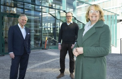 Principal Ole Petter Ottersen together with Lars Engstrand and Irene Svenonius outside of Biomedicum