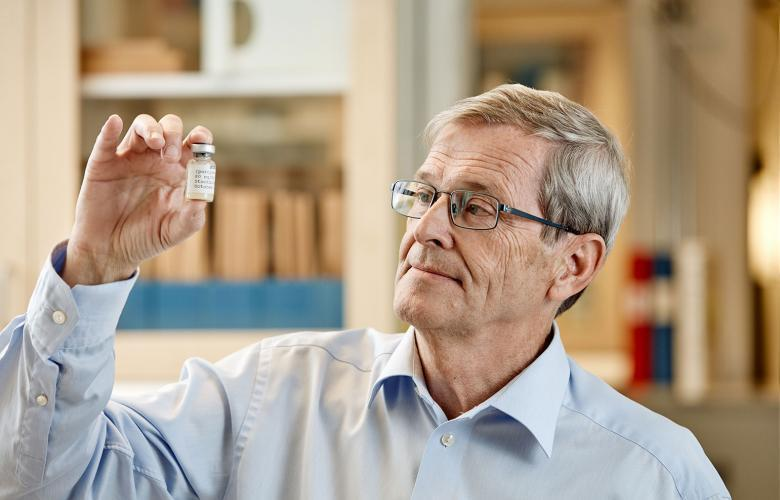 Image of Tore Curstedt holding a glass tube with Curosurf.